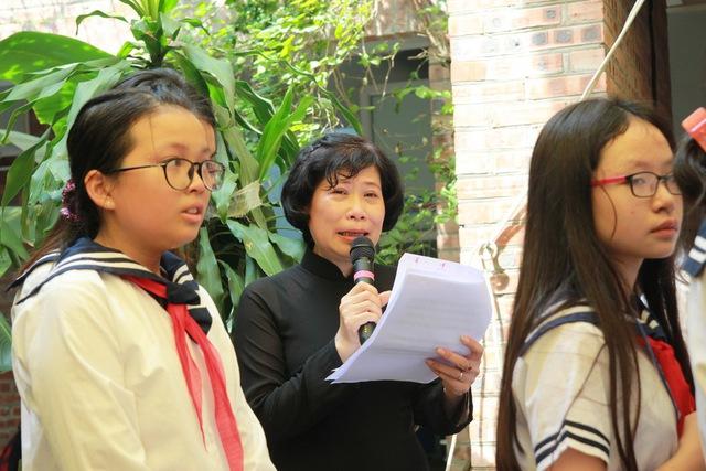 Cô giáo Nguyễn Phương Mai, giáo viên tiếng Anh, tại cơ sở Tân Triều xúc động đọc bài thơ trong buổi lễ.