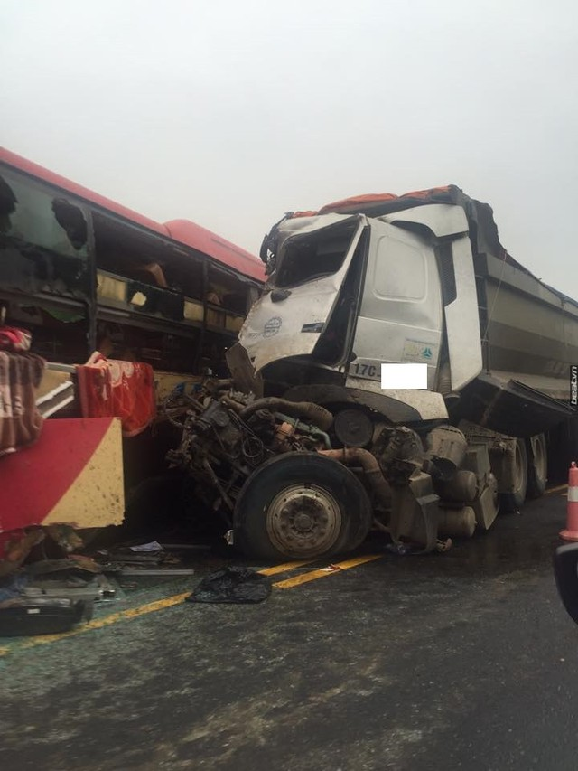 Lấn làn xe tải, xe khách bị đâm bẹp dúm khiến nhiều người bị thương. Ảnh Beat.vn