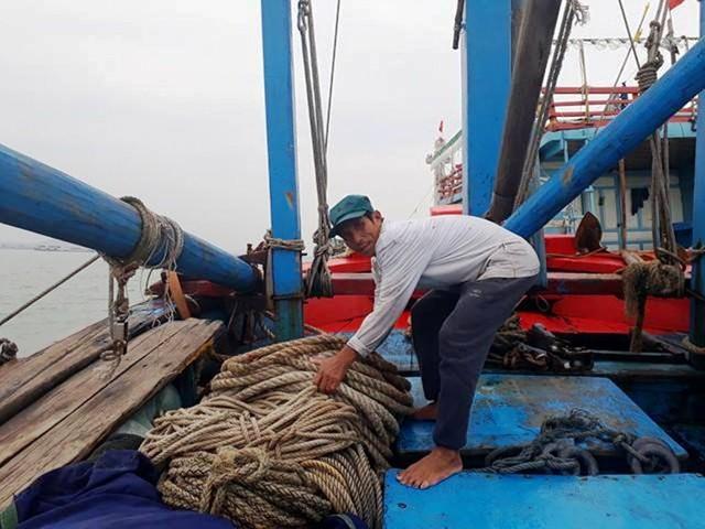Ngư dân chuẩn bị ngư cụ để ra khơi đánh bắt xuyên tết. Ảnh: M.K