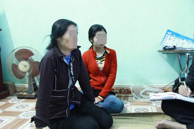 Chị T.T.T cùng con gái kể lại cuộc sống khổ cực 21 năm bị lừa bán sang Trung Quốc làm dâu. Ảnh: N.Hưng