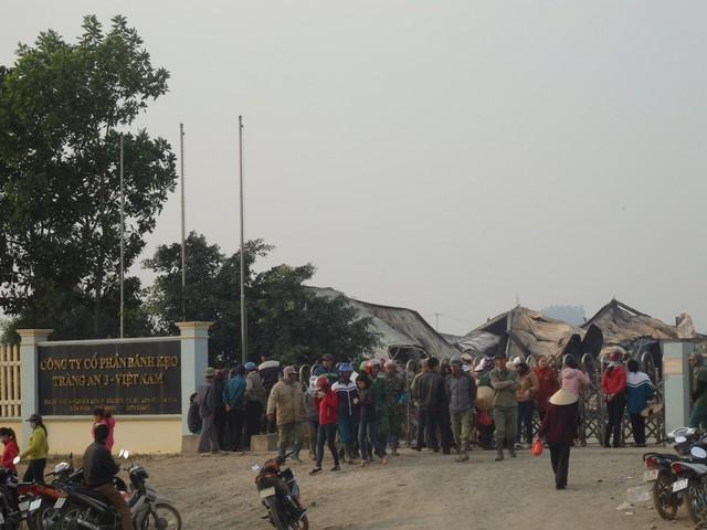Rất đông người thân đứng chờ tin tại cổng công ty Tràng An 3