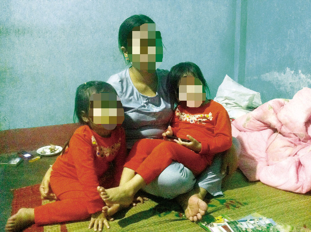 Chị T cùng hai con chia sẻ về câu chuyện cuộc đời mình. Ảnh: T.G