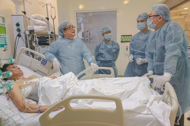 GS Bùi Đức Phú cùng ekip phẫu thuật thăm khám cho bệnh nhân ghép gan Mai Văn Tuân