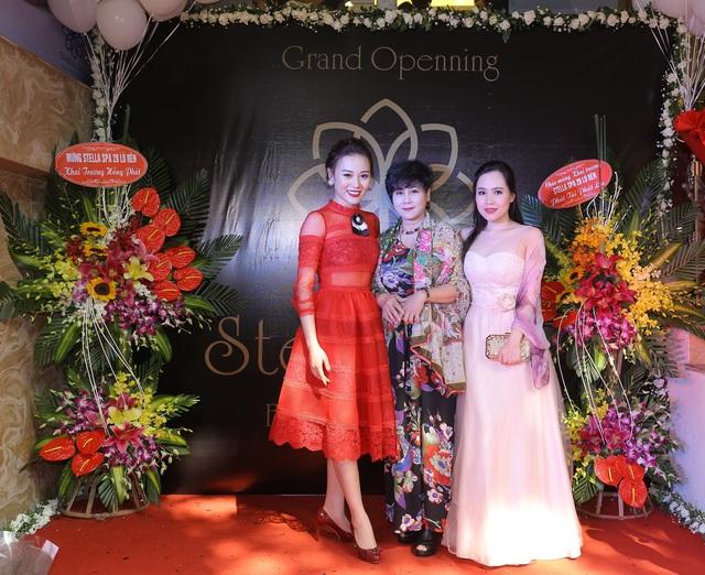 Nghệ sĩ Minh Hằng trong sự kiện chúc mừng nữ diễn viên Phương Oanh lên chức bà chủ. Chị được gọi là mẹ và coi Phương Oanh như con gái