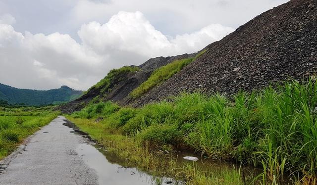Người dân xã An Khánh phản đối không cho doanh nghiệp đổ xỉ thải lấp đường đi.
