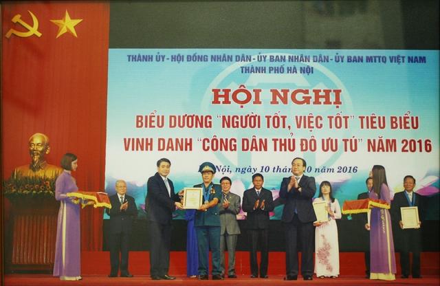 Ông Hùng vinh dự được lãnh đạo TP Hà Nội vinh danh tại Hội nghị biểu dương Công dân Thủ đô ưu tú. Ảnh: T.G