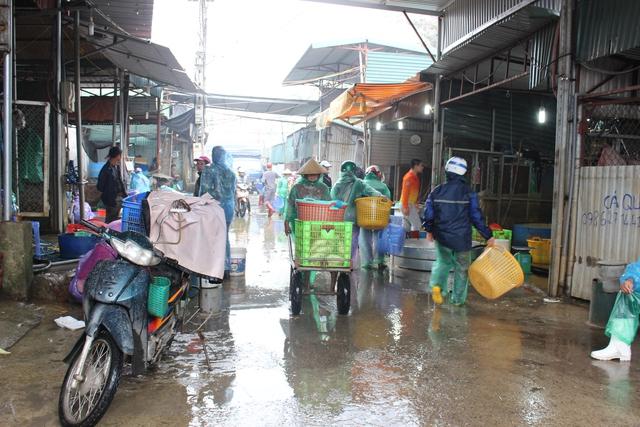 Nằm sát đường vành đai 3 (quận Hoàng Mai, Hà Nội), chợ cá Yên Sở được xem là chợ cá đầu mối lớn nhất Hà Nội. Từ vài ngày trước 23 tháng Chạp, không khí buôn bán sôi động hẳn , đặc biệt là các gian hàng bán cá chép đỏ phóng sinh. Theo quan sát của PV Báo Gia đình & Xã hội 19/1, từ sáng sớm, chợ cá đã nhộn nhịp người ra vào. Các lái buôn từ nhiều chợ nhỏ của Hà Nội và một số tỉnh thành lân cận như Nam Định, Ninh Bình, Hà Nam đều đổ về đây.