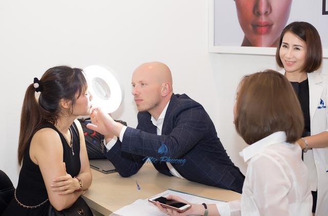 Tiến sĩ Andre Steps trong buổi thăm khám và điều trị nám cho khách hàng tại Mộc Phương Beauty Salon.
