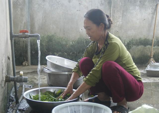 Cô Đinh Thị Hà được Trường mầm non Xuân Hòa ký hợp đồng nấu ăn tại trường. ẢNH: V. ĐỒNG