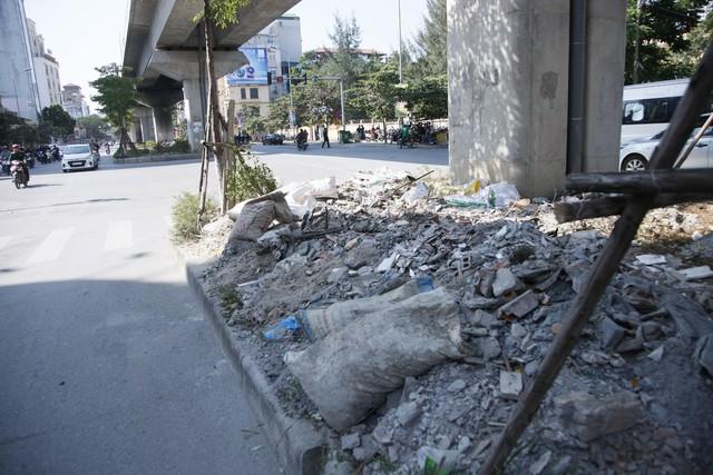 Đống phế thải xây dựng nằm ngay giữa ngã tư Thái Hà – Yên Lãng.