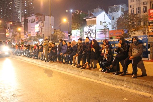 Hàng dài người dân đứng dưới chân cầu vượt bái vọng vào đình.