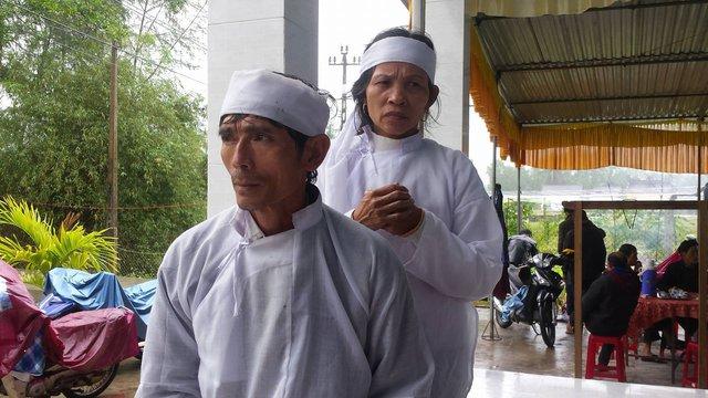 Bố mẹ của nạn nhân Huỳnh Thị Thanh Truyền vẫn chưa hết sốc khi biết con gái bị kẻ xấu sát hại. Ảnh: Lê Chung