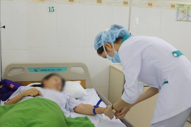 Nữ di khách nhập viện cấp cứu sau bữa ăn trưa ở Đà Nẵng. Ảnh: Tâm Trí
