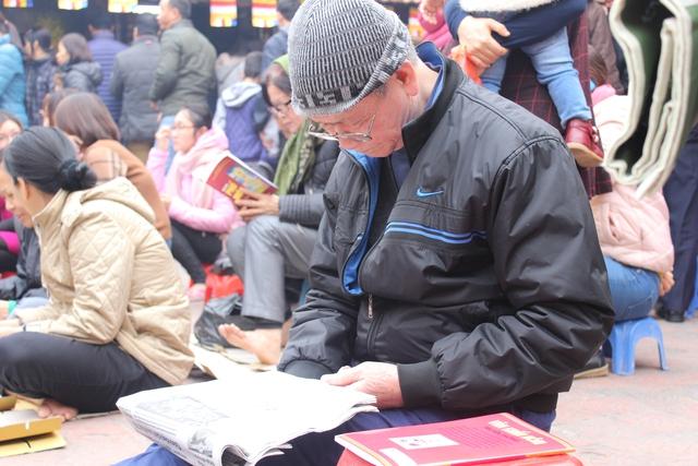 """Ông Lê Văn Diện (80 tuổi, Thanh Xuân, Hà Nội) chia sẻ: """"Tôi đến đây hàng năm theo lệ rồi. Tôi đi làm lễ cầu an cho con cháu, cả nội, cả ngoại. Vì muốn được ngồi trong chùa nên tôi phải đi từ 2h30 chiều""""."""