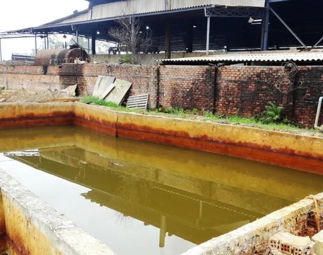 Khu vực bể chứa nước thải của nhà máy kẽm không có hệ thống xử lý nước thải, mái che. Ảnh: CTV