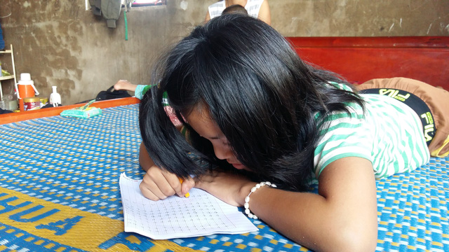 Mặc dù đã lên 12 tuổi nhưng Quỳnh không được đến trường như bạn bè cùng trang lứa do bệnh tật đeo bám. Ảnh: T.Ân