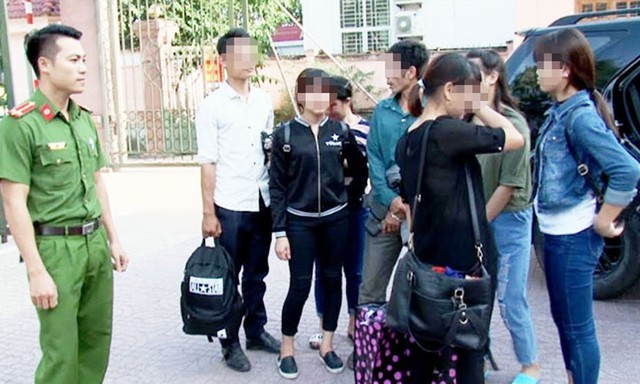Bốn nạn nhân được giải cứu đoàn tụ với gia đình (ảnh do cơ quan công an cung cấp).