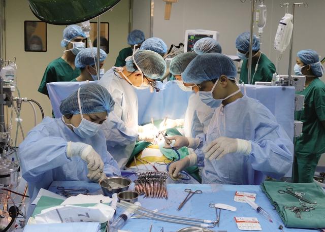 Đây là lần đầu tiên, Bệnh viện Việt Nam - Thụy Điển Uông Bí triển khai kỹ thuật mổ tim hở nhờ được chuyển giao kỹ thuật từ Viện Tim mạch Quốc gia. Ảnh:PV