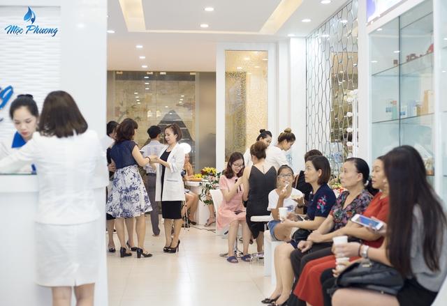 Nhiều người đã tới Mộc Phương Beauty Salon từ sớm dù đã đặt lịch hẹn từ trước.