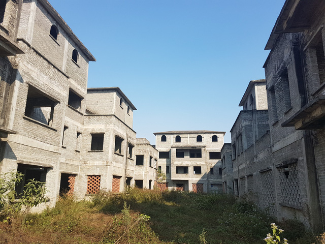 Cận cảnh những biệt thự bị bỏ hoang, xi măng trơ mốc, đang xuống cấp trầm trọng.     Ảnh: B.Loan