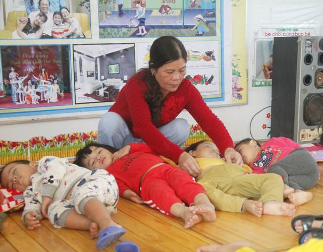 Cô Nguyễn Thị Xuân chăm lo cho các bé mầm non ngủ trưa. ẢNH: V. ĐỒNG