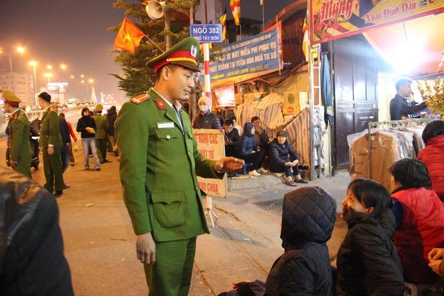 Lực lượng công an quận Đống Đa được huy động tối đa. Theo Tổ trưởng Tổ bảo vệ dân phố Hoàng Văn Rõ, mỗi phường của quận huy động 3 công an và 6 bảo vệ.