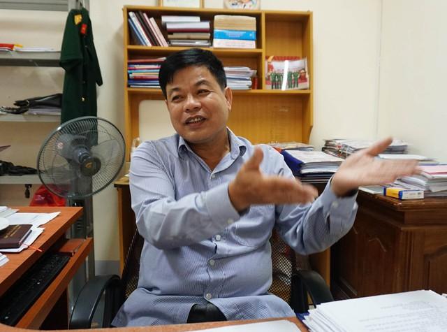 Ông Nguyễn Quang Quyết – Trưởng phòng chế độ BHXH tỉnh Nghệ An giải thích về lương hưu của hai cô giáo nhận lương 1,3 triệu đồng/tháng. ẢNH: V. ĐỒNG