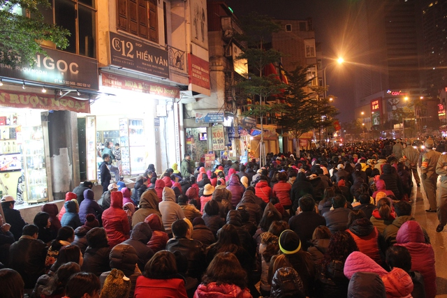 Vào giờ lễ, đường Tây Sơn đông nghẹt người. BTC đã phát ghế ngồi cho người dân để phục vụ cho buổi lễ.