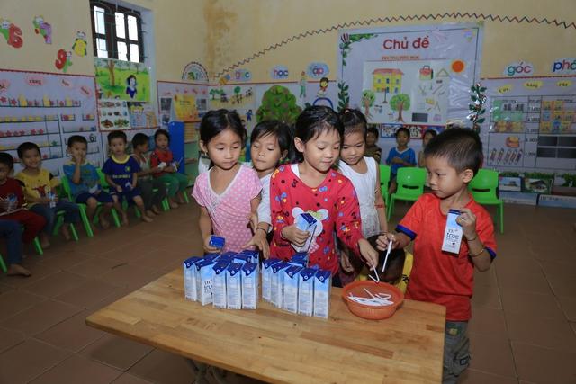 Từ ngày chương trình sữa học đường được triển khai trên địa bàn tỉnh Nghệ An, trẻ em tại nhiều điểm trường tích cự, chuyên cần đến lớp hơn. Trong ảnh, các em học sinh tại trường mầm non ở huyện Quỳ Hợp trong giờ uống sữa học đường.