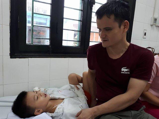 Bé Đạt đau đớn khóc vì nhiều lần bố mẹ vô tình chạm vào cánh tay đau vì không nhìn thấy. Ảnh PT