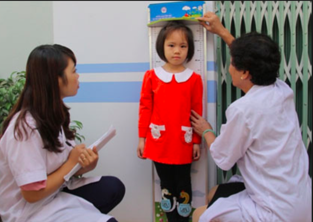 Nghị quyết số 20-NQ/TW đặt chỉ tiêu: Tới năm 2025, tỉ lệ suy dinh dưỡng thể thấp còi của trẻ em dưới 5 tuổi dưới 20%. Ảnh minh hoạ