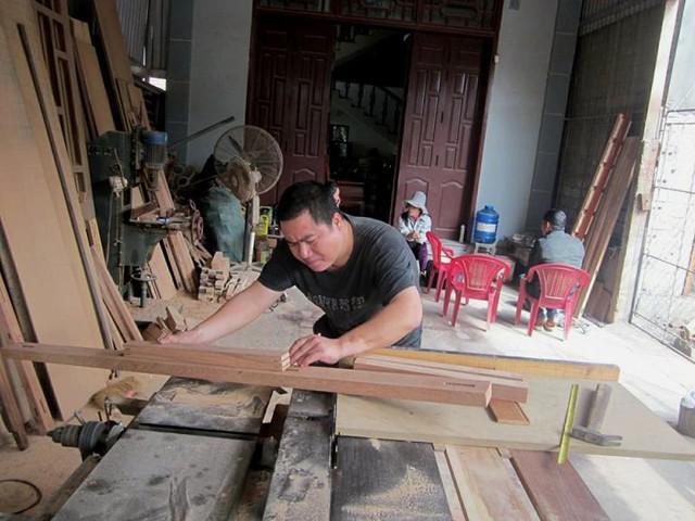 Anh Quang và xưởng mộc của mình.     Ảnh: Đức Tùy