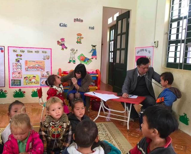 Khám sức khỏe cho các học sinh tại điểm Trường Nà Bản, xã Xuân Lạc, huyện Chợ Đồn, Bắc Kạn. Ảnh: BVCC