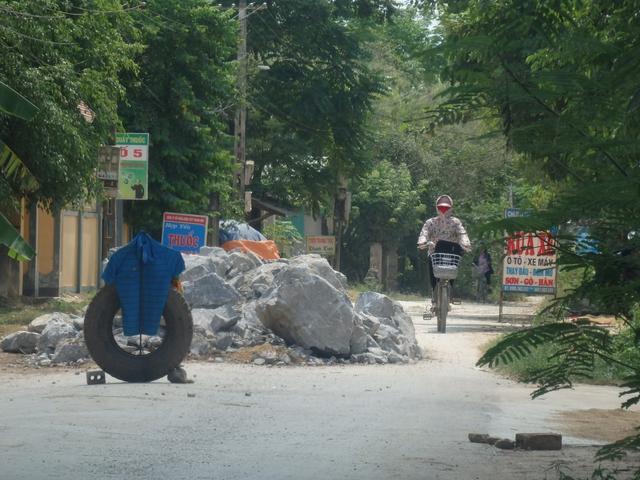 """Người dân đổ đất đá ngăn chặn xe quá tải """"cày"""" đường. Ảnh: Ngọc Hưng"""