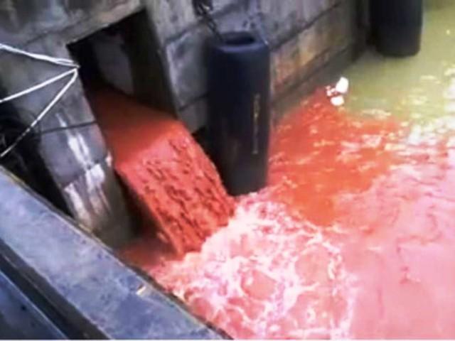 Cống xả thải nước màu đỏ xuất hiện trên mạng gây xôn xao. Ảnh cắt từ clip
