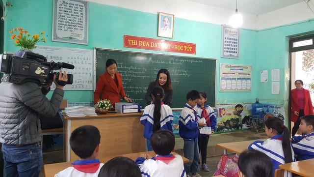 Bà Trần Thị Như Trang - Giám đốc Quỹ Vì Tầm Vóc Việt tặng Sữa học đường cho các em học sinh Lớp 4D trường Tiểu học Thị trấn Quỳ Hợp, tỉnh Nghệ An