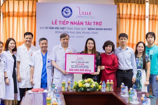 Quỹ vì tầm vóc Việt đã trao tặng 300 triệu đồng cho Quỹ vì bệnh nhân nghèo của Bệnh viện Phụ sản Trung ương.