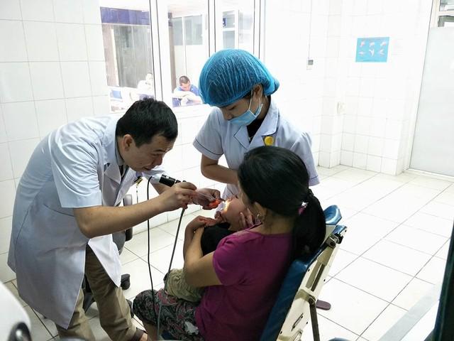 Bé Bảo Nam được thăm khám tại Bệnh viện Đa khoa Tuyên Quang.