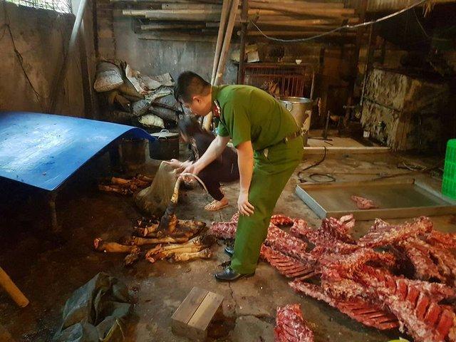 Hơn 2 tấn thực phẩm bẩn bị cơ quan chức năng buộc tiêu hủy tại Hà Nội. Ảnh: C.Phương