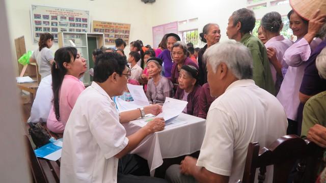 Ban tổ chức cho biết, dự kiến trong 2 ngày, sẽ có khoảng 400 người cao tuổi và khoảng hơn 500 học sinh cấp 1, cấp 2 được khám sức khoẻ.