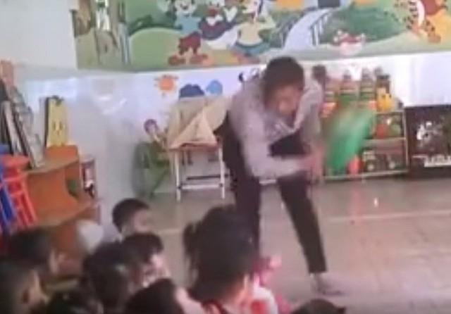 Bảo mẫu tại cơ sở Mầm non tư thục Mầm Xanh (quận 12, TP.HCM) bạo hành trẻ em gây phẫn nộ dư luận (Ảnh cắt từ clip).