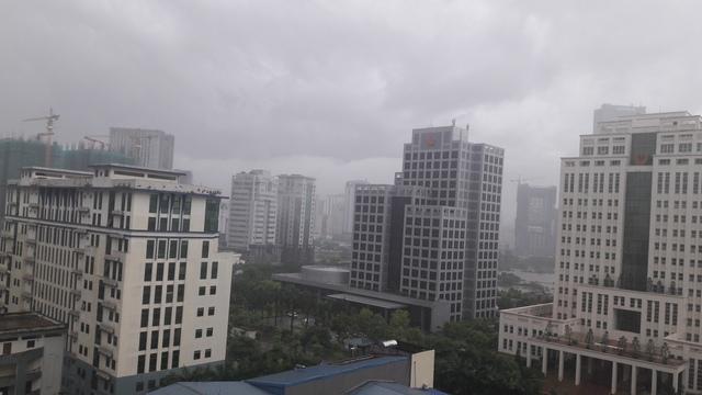 Hà Nội mưa trắng trời vào sáng 17/7.