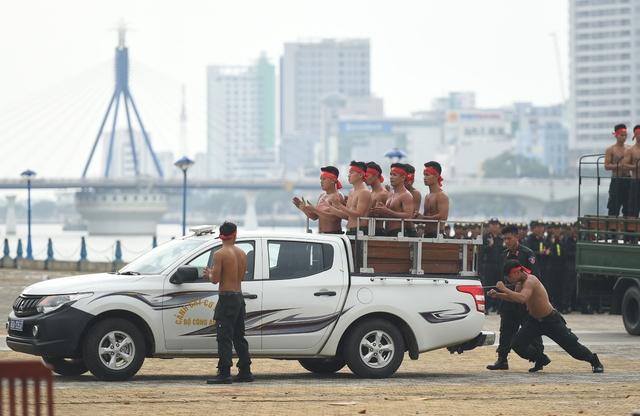 Chiếc xe và các chiến sỹ với khối lượng hàng tấn di chuyển dễ dàng trước sức đấy của nam chiến sỹ.