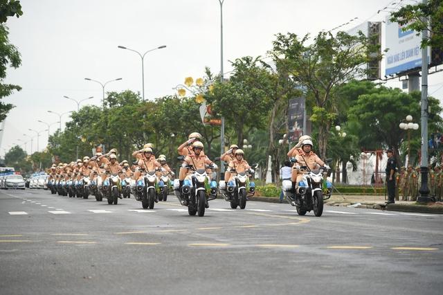Cảnh sát dẫn đường và dàn mô tô khủng.