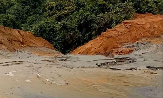 Bùn thải tràn xuống suối Nậm Huống. Ảnh: H. Nhâm