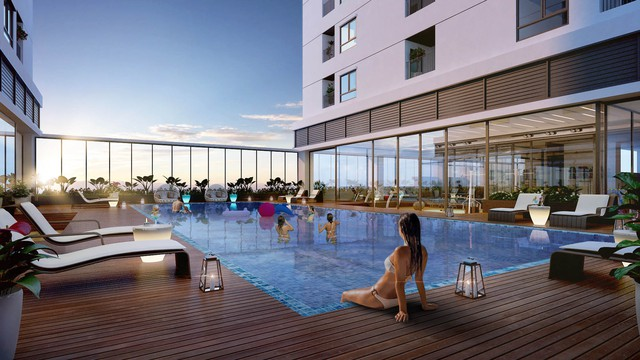Bể bơi ngoài trời rộng 500 m2 nằm trên tầng 4 giữa hai tòa nhà. (ảnh: TG)