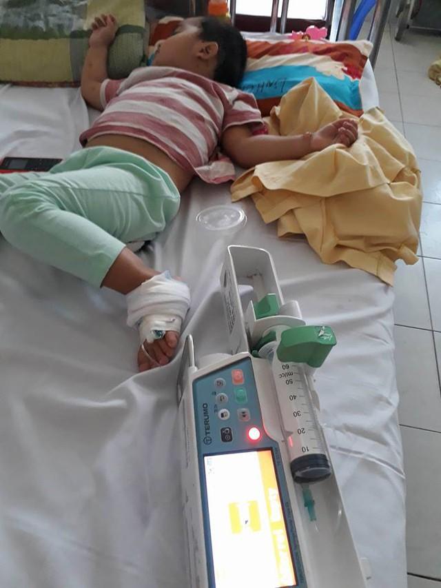 Bé Linh Chi vừa rồi phải nhập viện lại vì bị sốt virut