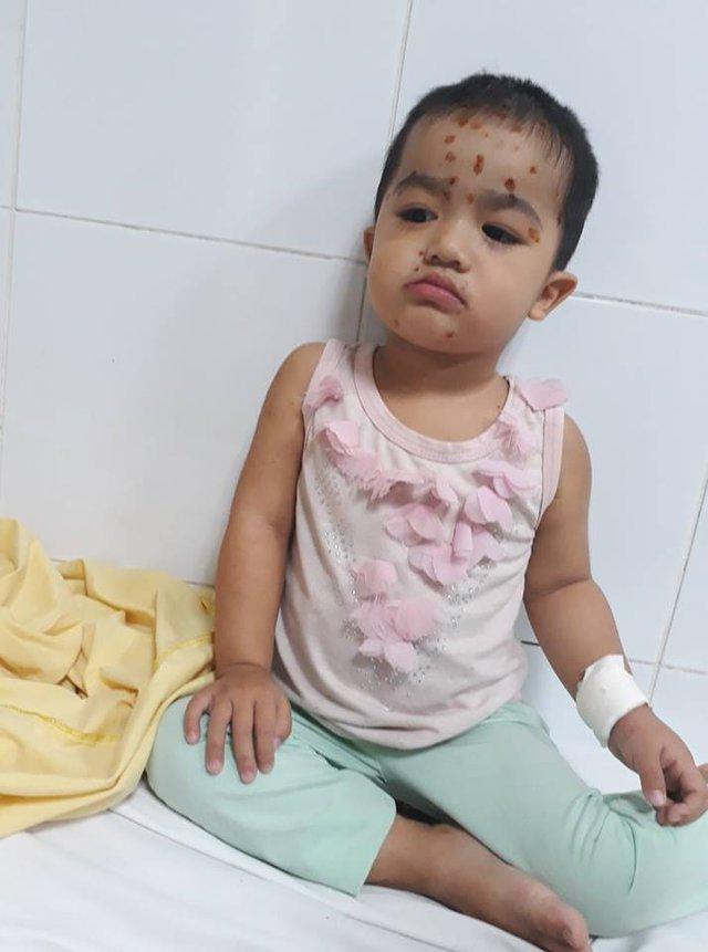 Còn nhỏ nhưng Linh Chi đã phải gánh chịu cùng lúc nhiều bệnh.