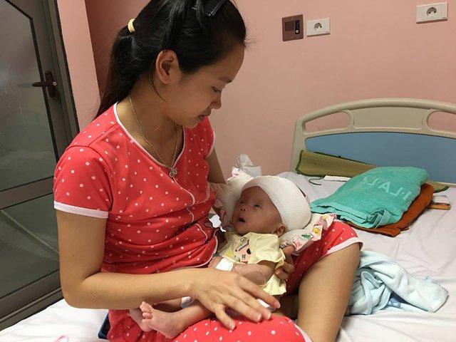 Cơ thể nhỏ bé của Nam từ khi sinh đã trải qua 3 lần phẫu thuật. Ảnh HP