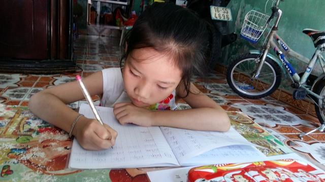 Bé Thảo tự học khi chưa được đến trường. Ảnh: Minh Lý